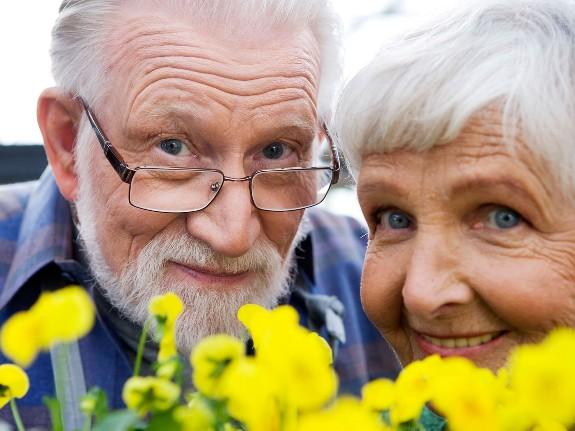 Счастливая пара пенсионеров!